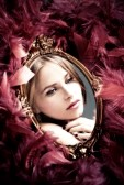 11687836-reflexion-joven-y-bella-mujer-en-el-espejo-rodeado-de-plumas